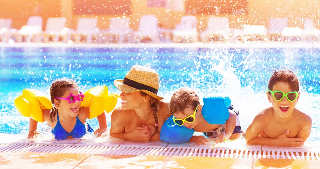 photodune-5301461-happy-family-in-the-pool-s